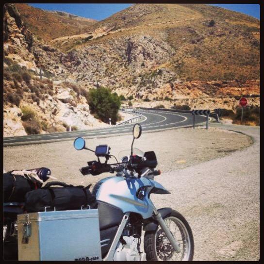 Auf diesem Bild seht Ihr mein Motorrad auf der Küstenstraße zwischen Malaga und Nerja an der spanischen Mittelmeerküste.