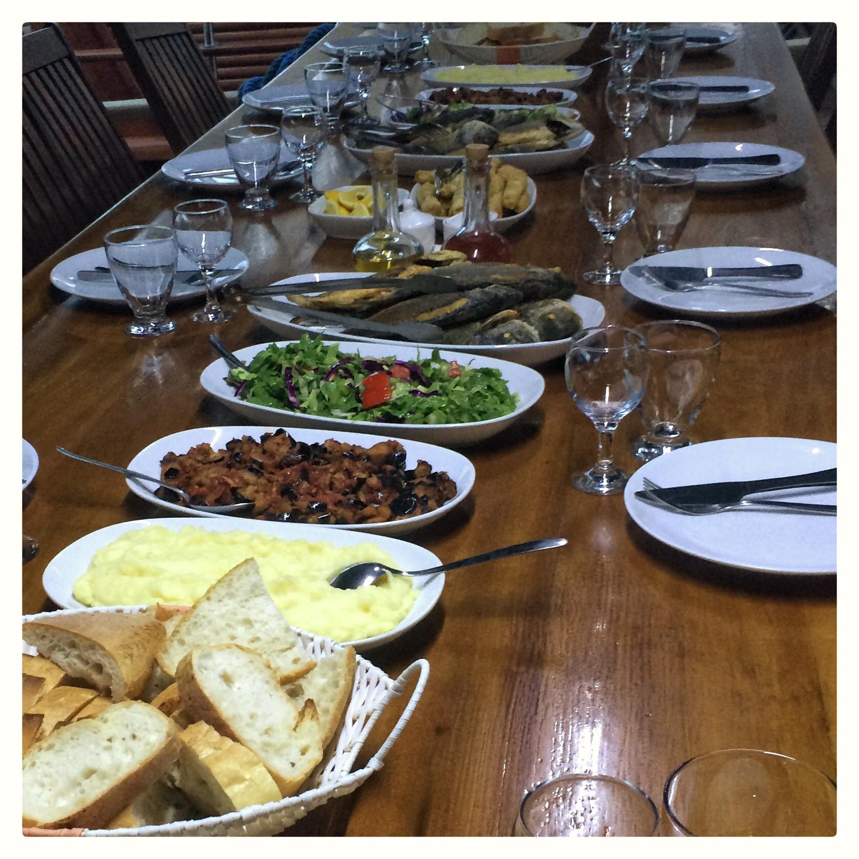 Abendessen auf einem Segelschiff in der türkischen Ägäis
